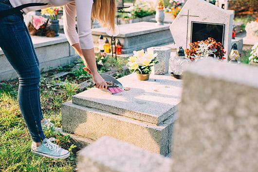 Entretien de pierres tombales à Albert
